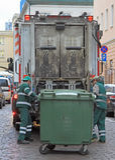I lavoratori di servizio sta caricando i rifiuti dalla pattumiera al camion di immondizia Fotografia Stock Libera da Diritti