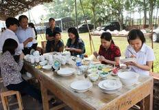 I lavoratori dipingono su ceramica Immagine Stock