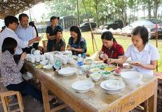 I lavoratori dipingono su ceramica Fotografie Stock
