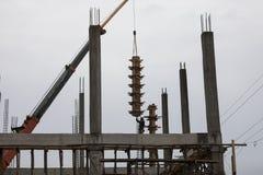 I lavoratori fa la colonna inscatolare e tenere dalla gru per la colonna costruita Fotografia Stock Libera da Diritti