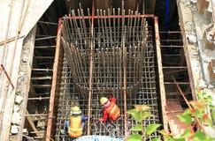I lavoratori lavorano alle barre d'acciaio al cantiere Fotografie Stock