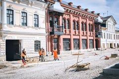 I lavoratori migranti del lavoro stanno effettuando la ricostruzione immagini stock libere da diritti