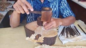 i lavoratori professionisti di arte della mano sono nel corso della fabbricazione dei burattini dell'ombra fotografie stock libere da diritti