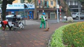 I lavoratori puliscono il parco archivi video