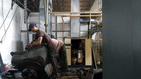 I lavoratori riparano di macchinario industriale che sta avvertendo i gravi danni Riparazione dei motori del compressore immagine stock libera da diritti