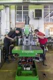 I lavoratori sono impegnati nel montaggio e nell'installazione della fresatrice verticale Immagini Stock Libere da Diritti