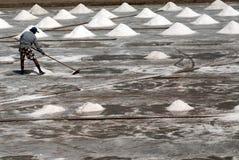 I lavoratori stanno lavorando ad un'azienda agricola del sale in Tailandia Fotografie Stock