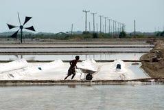 I lavoratori stanno lavorando ad un'azienda agricola del sale in Tailandia Fotografie Stock Libere da Diritti