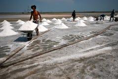I lavoratori stanno lavorando ad un'azienda agricola del sale in Tailandia Fotografia Stock Libera da Diritti