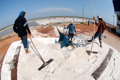 I lavoratori stanno lavorando ad un'azienda agricola del sale in Tailandia Immagine Stock