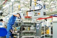 I lavoratori stanno producendo le automobili fotografie stock libere da diritti