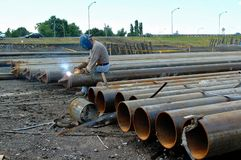 I lavoratori stanno saldando l'acciaio Fotografia Stock Libera da Diritti