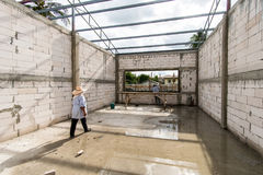 I lavoratori stranieri stanno lavorando nel cantiere I lavoratori migranti sono molto popolari nella costruzione Becau immagini stock libere da diritti