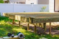 I lavori di costruzione della piattaforma in giardino con una certa circolare torx hanno visto fotografia stock