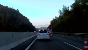 I lavori di costruzione ostacolano il traffico sulla strada principale durante l'ora di punta di mattina archivi video
