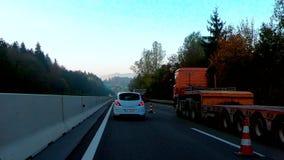 I lavori di costruzione ostacolano il traffico sulla strada principale durante l'ora di punta di mattina video d archivio