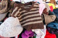 I lavori o indumenti a maglia, cappelli tricottati hanno disposto il mercato in Tailandia Immagini Stock