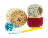 I lavori o indumenti a maglia, rosso, blu, palle grige di filato, giallo lavorano all'uncinetto, Isolat Fotografia Stock Libera da Diritti