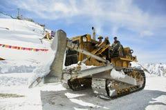 I lavori stradali alla La di Khardung passano una di più alta strada motorable 5360 m. Fotografie Stock