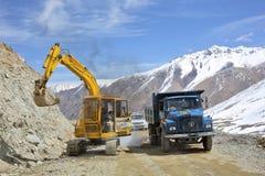 I lavori stradali alla La di Khardung passano una di più alta strada motorable 5360 m. Immagini Stock