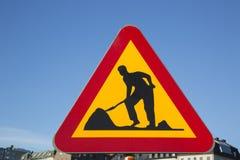 I lavori stradali firmano dentro la città urbana Immagine Stock