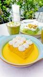 I leches di Tres del pistacchio e dello zafferano agglutinano e tazza di cappuccino Fotografia Stock