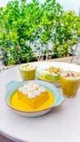 I leches di Tres del pistacchio e dello zafferano agglutinano e tazza di spirito del cappuccino Immagine Stock Libera da Diritti