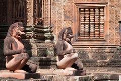 I leoni del guardiano nell'area di Angkor Fotografia Stock