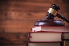 I libri con il ` s del giudice martellano sulla cima Fotografie Stock