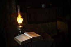I libri d'annata si sono aperti per la lettura con la lampada antica Fotografia Stock Libera da Diritti