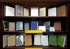 Scaffale per libri ordinato Immagine Stock