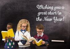 I libri di lettura dei bambini contro la lavagna con un saluto di 2017 nuovi anni cita Fotografia Stock Libera da Diritti