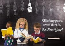 I libri di lettura dei bambini contro la lavagna con un saluto di 2017 nuovi anni cita Immagini Stock