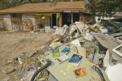 I libri fuori da asciugarsi ed i detriti davanti alla casa hanno colpito molto dall'uragano Ivan a Pensacola Florida fotografia stock libera da diritti