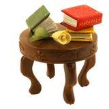 I libri miniatura con sono aumentato sulla tavola fotografie stock libere da diritti