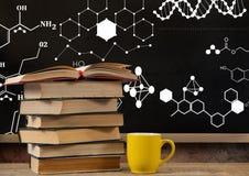 I libri sulla priorità alta dello scrittorio con i grafici della lavagna dei disegni di formula di scienza diagrams Fotografie Stock Libere da Diritti