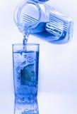 I limoni sono caduto in vetro con acqua Immagine Stock Libera da Diritti