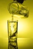 I limoni sono caduto in vetro con acqua Fotografia Stock