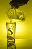 I limoni sono caduto in vetro con acqua Fotografie Stock Libere da Diritti