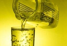 I limoni sono caduto in vetro con acqua Immagini Stock Libere da Diritti