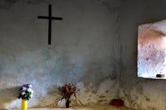 I liten ortodox kyrka med endast ett fönster Arkivfoto