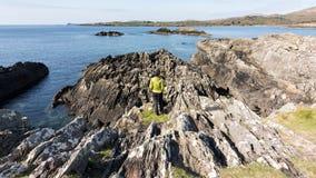 I litorali rocciosi dell'Irlanda durante il giorno di molla caldo fotografie stock