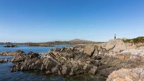 I litorali rocciosi dell'Irlanda durante il giorno di molla caldo immagini stock