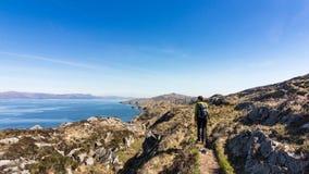 I litorali rocciosi dell'Irlanda durante il giorno di molla caldo fotografia stock