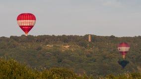 I livré ballonger för varm luft framme av brun galenskap för ` s royaltyfria bilder