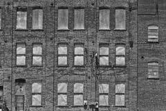 I llevado, roto y olvidado de la fábrica automotriz abandonada - Imagenes de archivo