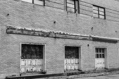 I llevado, roto y olvidado del destrozo urbano abandonado de Warehouse - Foto de archivo