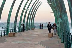 I locali ed i turisti al pilastro di millennio in Umhlanga oscilla Immagine Stock Libera da Diritti