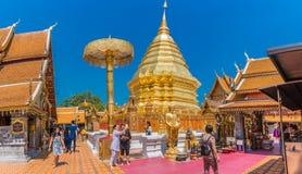 I locali ed i turisti vengono a pregare al Doi Suthep Temple in Chiang Mai, Tailandia Fotografia Stock