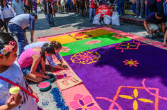 I locali fanno il tappeto di settimana santa di segatura tinta, Antigua, Guatemala Fotografia Stock